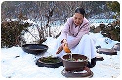 김장문화, 묻은 김치독에서 김치를 꺼내는 모습