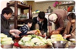 김장문화, 온가족이 모여 김치를 담그는 모습