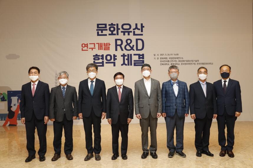 [크기변환]왼쪽네번째 김현모 문화재청장.jpg