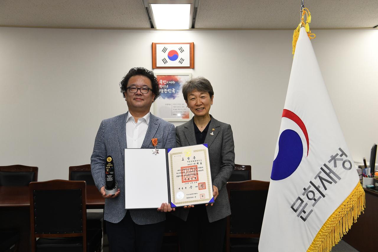 1. 이원호 학예연구사(왼) 정재숙 문화재청장(오른).JPG