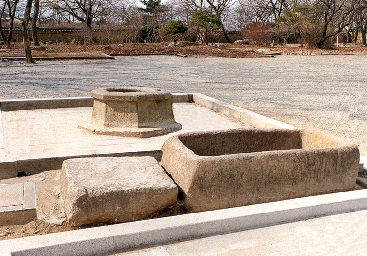 Stone well in Bunhwangsa Temple