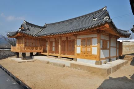 안동김씨고가터는 조선시대 포천지역에 거주했던 안동김씨의 고택으로 2004년 발굴조사를 통해 안채와 사랑채 등의 초석이 발견