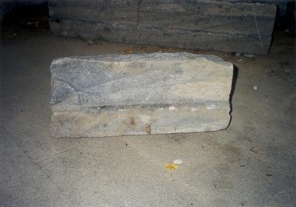 하층기단면석