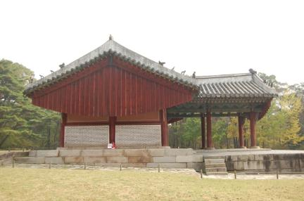 인릉 정자각 우측면(보수전)