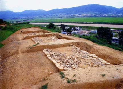 노출된성벽하부모습(동문지주변,'85발굴)