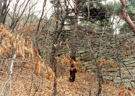 경사로에축조된성벽외벽면