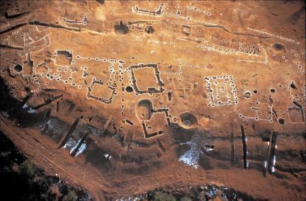 공주 정지산 유적 - 발굴 유구 전경(우측 중간이 기와 건물지)