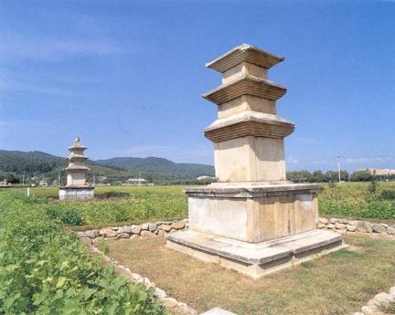 삼층석탑근경