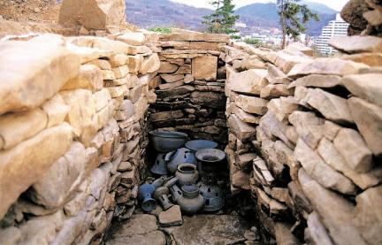 137호 석곽묘 유물 출토 모습