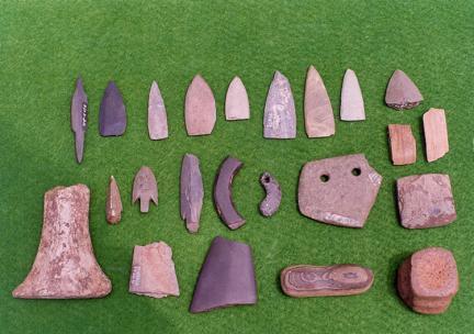마제석검,돌활촉,반달돌칼등