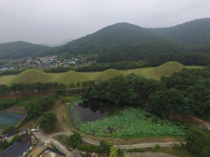 경주 서악동 고분군서쪽상공(동쪽으로 조망) (고도보존육성과, 2017)