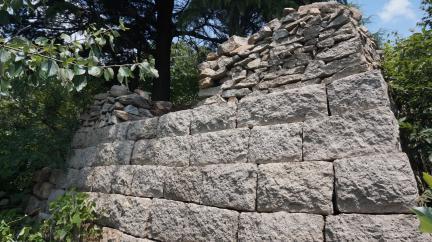 관문성 모화리 산 124-4 성벽 복원 구간 (고도보존육성과, 2017)