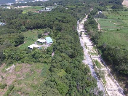 관문성 효청보건고등학교 인근 유구 잔존 구간 (서쪽에서 동쪽으로 조망) (고도보존육성과, 2017)