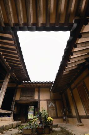 안마당에서 올려다본 처마와 지붕