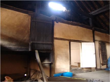 가옥내부(까치구멍으로 빛이 들어오는 모습)