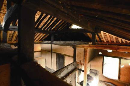 집안 지붕 밑