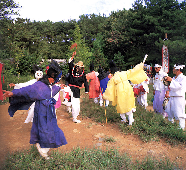Five mask performers' dance drama