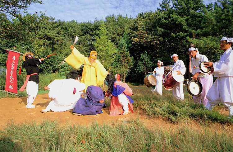 Five mask performers' dance