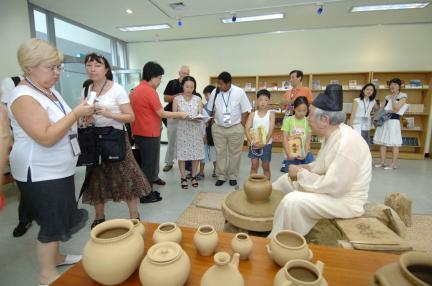 옹기를 외국인에게 재현하는 모습