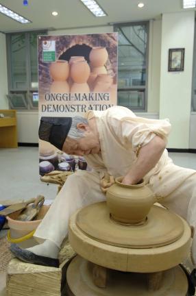 옹기를 재현하는 모습