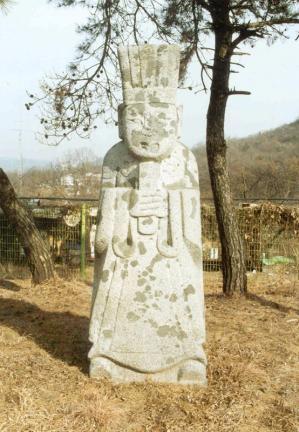 문인석(좌측)