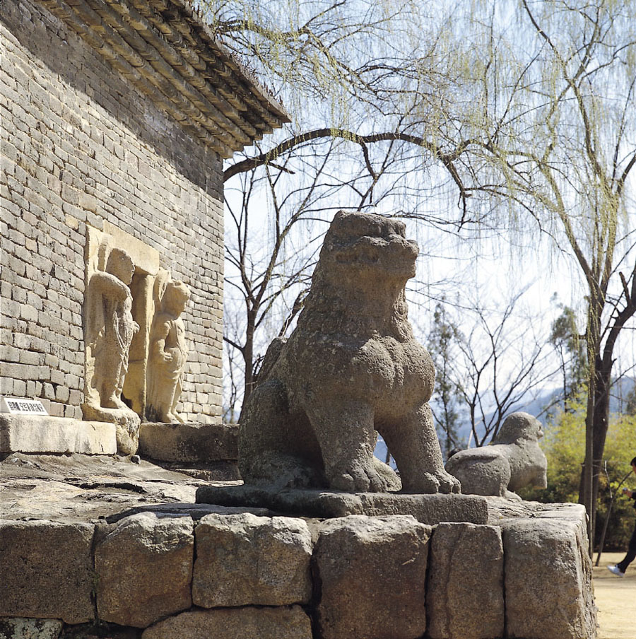 경주 분황사 모전석탑(기단부에 놓인 돌사자상)