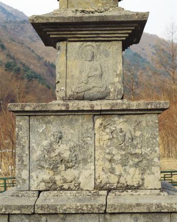 진전사지 삼층석탑 동측에 부조된 팔부신중과 사방불
