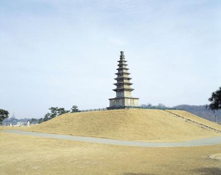 충주 탑평리 칠층석탑 측면전경