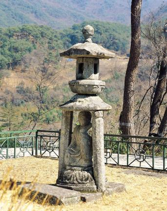 구례 화엄사 사사자 삼층석탑 앞 석등