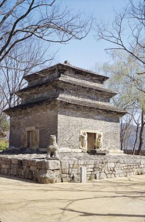 경주 분황사 모전석탑 좌측