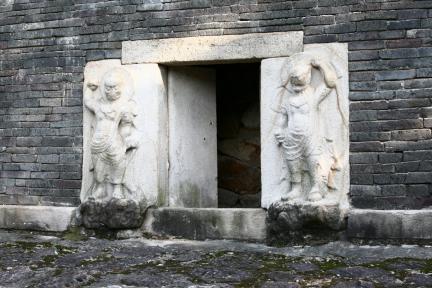 경주 분황사 모전석탑(감실 입구의 인왕상)