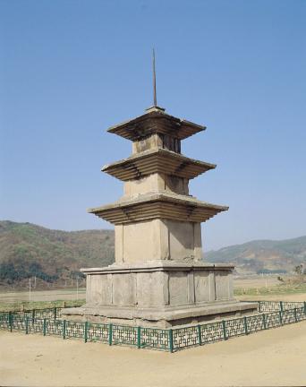 경주 감은사지 동 삼층석탑