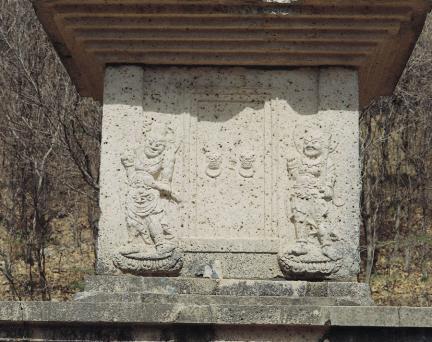 1층탑신 남측면 문비형과 인왕상