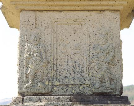 1층탑신 동측면 문비형과 인왕상