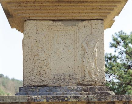1층탑신 서측면 문비형과 인왕상