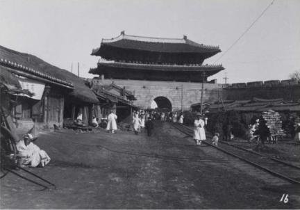 전찻길이 놓인 숭례문(1905)