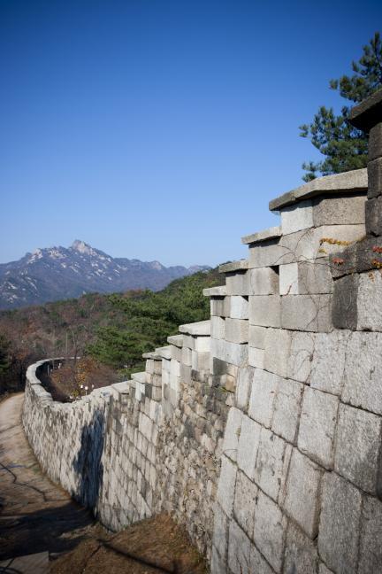 백악산 정상부근에서 본 서울성곽과 북한산