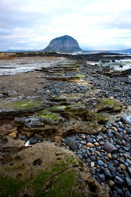 사계리해안 화석 발자국 지역에서 본 제주 산방산
