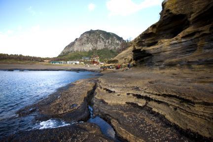 용머리 해안에서본 제주 산방산