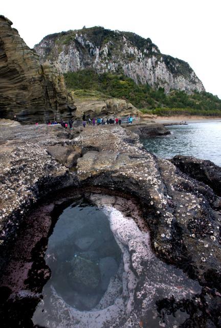 용머리해안 끝자락에서 본 제주 산방산