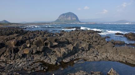 사계리 해안에서 본 제주 산방산