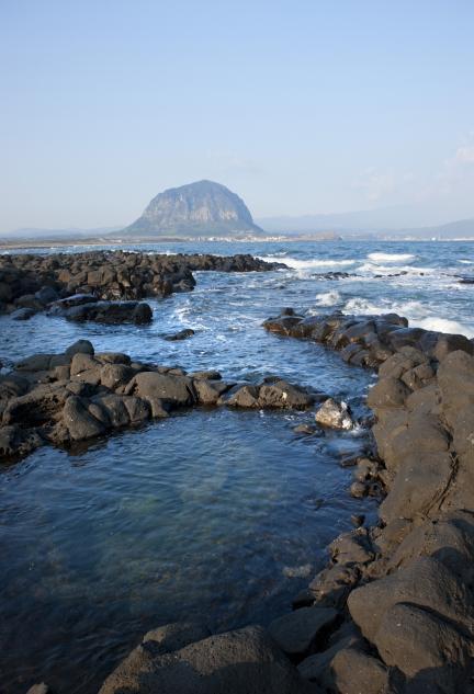 사계리 현무암 해변에서 본 제주 산방산