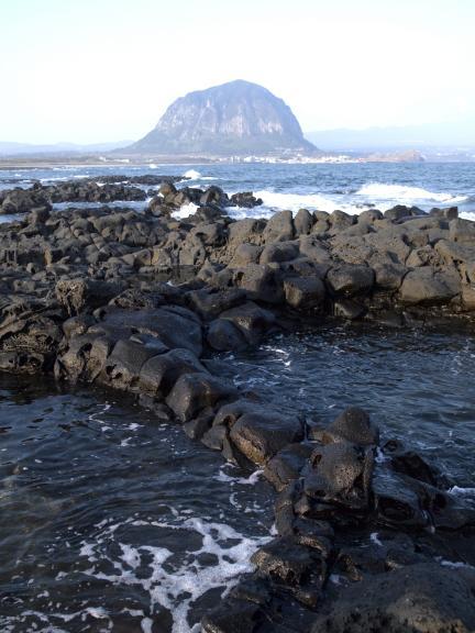 사계리 해안 현무암지대에서 본 제주 산방산