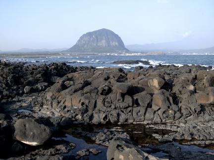 사계리 현무암지역 해안에서 바라본 제주 산방산