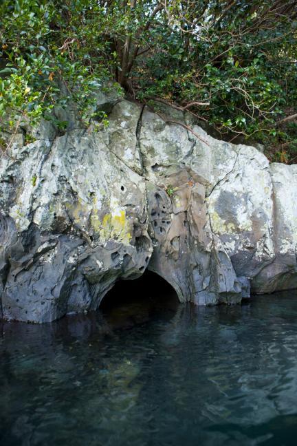 쇠소깍 중간지점의  동굴