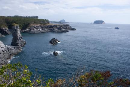외돌개(좌)일대와섶섬(중앙)문섬(우측)