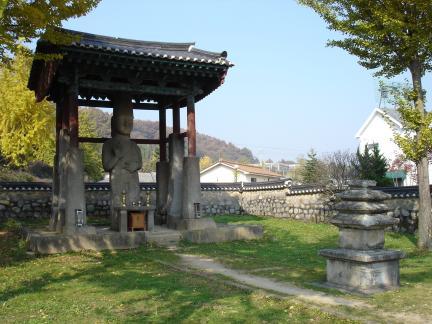 전경(매산리석불입상과 미륵당오층석탑)