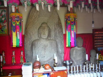 영은사석조여래좌상(왼쪽)