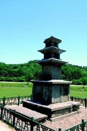 이 석탑은 이중(二重) 기단 위에 3층의 몸돌을 올려 세웠다. 기단부의 구성, 지붕돌의 조성수법으로 신라 하대의 양식을 보여 주는 매우 세련된 탑으로서, 이 지방의 신라 석탑을 대표할 만한 것이다.