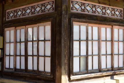 안채 기둥과 창호